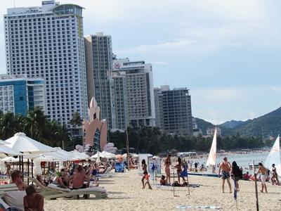 Nhà cao tầng đang dần chắn gió biển thổi vào thành phố.
