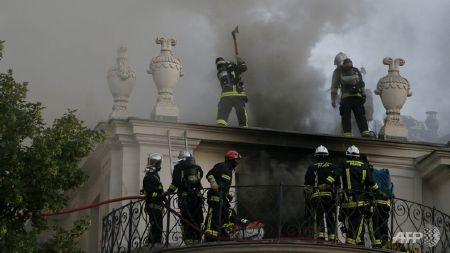 Lính cứu hỏa phá trần nhà để vào chữa cháy