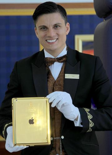 iPad vỏ vàng có logo của khách sạn trên lưng. Ảnh: conciergedubai.com