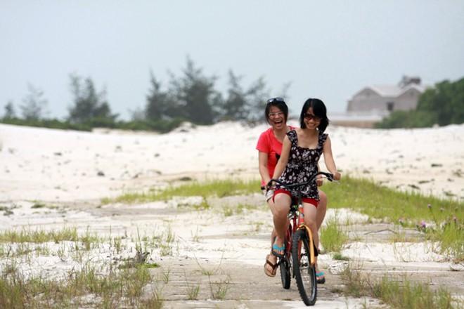 Bù lại, khách du lịch có những giây phút thư giãn như ý khác với việc đạp xe đạp đôi bên những cồn cát, dọc những con đường nhỏ đầy hoa.