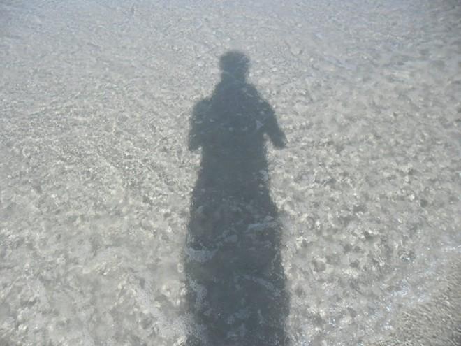 2. Nước biển trong văn vắt. Vì còn rất hoang sơ, nên các bãi biển ở Quan Lạn đều rất sạch, cát trắng, mịn và nước trong.