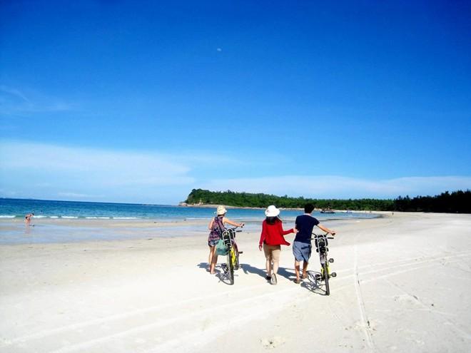 4. Sắc màu rực rỡ trên bãi Minh Châu, xã Minh Châu. Trên đảo Quan Lạn, những món hải sản nổi tiếng nhất người dân có thể chiêu đãi bạn là sá sùng và cầu gai.