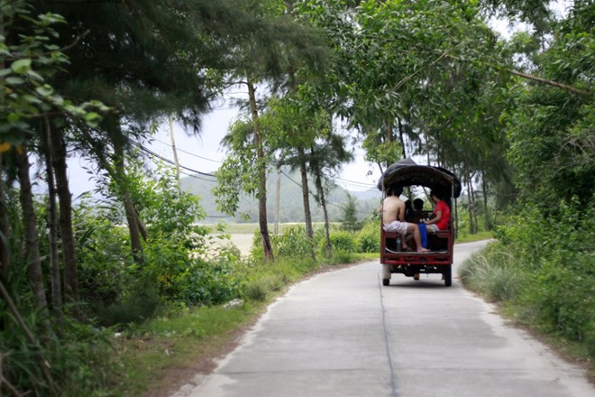 Với phương tiện giao thông chủ yếu là xe tuktuk. Khắp mọi nẻo đường trên đảo, từ cầu cảng về khách sạn, đến nhà dân, bãi biển, đâu đâu cũng có phương tiện này.