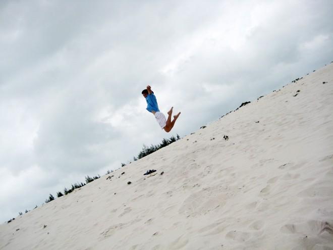 Đến đây, khách du lịch thỏa sức nhảy cát. Tuy nhiên trượt cát là hoạt động ít diễn ra,vì cồn cát không đủ cao để du khách có những cú trượt hoàn hảo.
