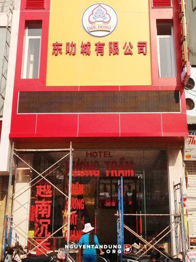 Cửa gương và biển hiệu tầng 2 khách sạn Hương Trầm sử dụng tiếng Trung sai quy định