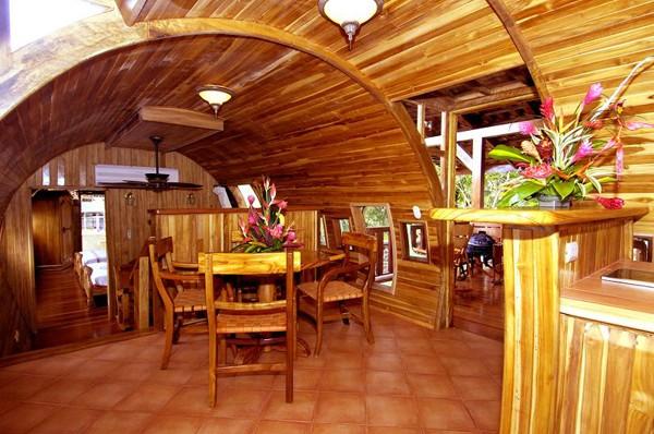Nội thất phòng bếp gợi cảm giác hoài cổ, với quạt trần làm bằng đồng, đèm chụp và ghế gỗ tay lượn.