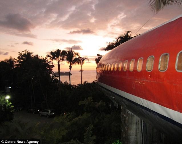 Góc nhìn ra bãi biển tuyệt đẹp từ phía mũi máy bay. Giá mỗi phòng của khách sạn lên tới 300 USD/ngày (khoảng 6 triệu đồng), nhưng nếu ở cả tuần, khách sẽ được chiết khấu khoảng 100 USD.