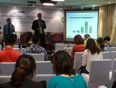 Ông Robert Mclntosh chia sẻ sự quan tâm của các nhà đầu tư đến mảng đầu tư kinh doanh khách sạn tại Việt Nam. Ảnh: Hải Anh