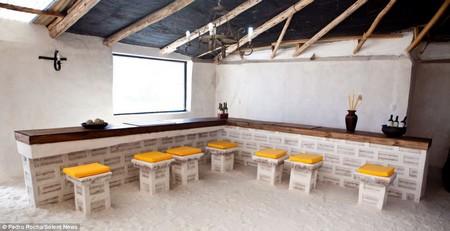 Toàn cảnh phòng ăn với tường và nội thất làm từ muối