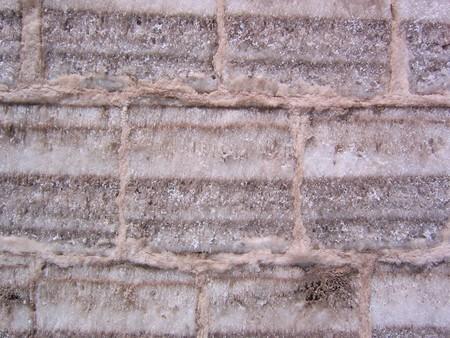 Cận cảnh chi tiết bức tường tạo nên từ những khối muối