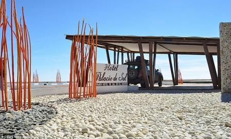 Khách sạn muối được tọa lạc trên cánh đồng muối tự nhiên lớn nhất thế giới