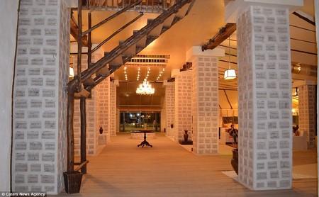 Các bức tường, trụ nhà... của khách sạn đều được tạo nên từ những khối muối