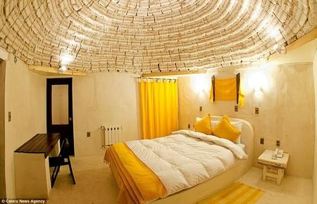 Toàn cảnh phòng ngủ, với giường, bàn, ghế... từ muối