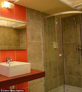 Phòng tắm sử dụng chất liệu ít hòa tan để đảm bảo kết cấu chắc chắn khi tắm
