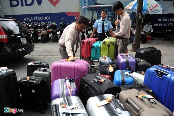 Hành lý của khách được nhân viên đẩy vào ở khoảng cách xa và khá bất tiện.