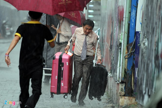 Những lúc trời mưa, khách sạn phải huy động cả quản lý để vận chuyển hành lý tránh bị ướt.