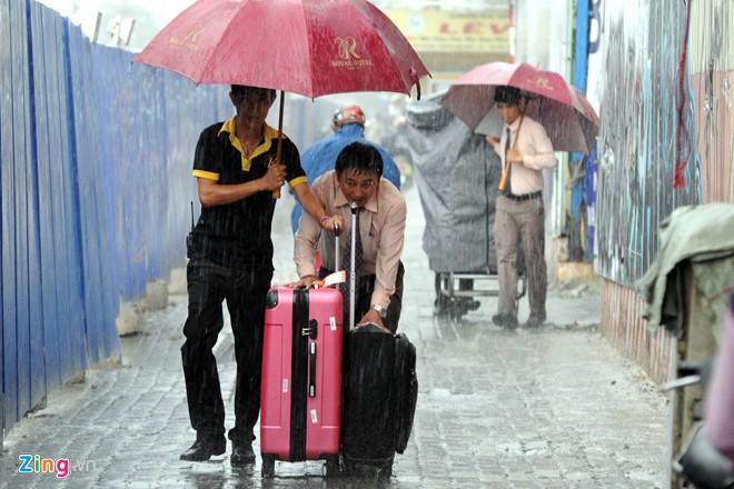: Đoạn đường bị rào chắn từ đầu đến cuối, khách du lịch muốn tham quan phải đi đường vòng khá xa.