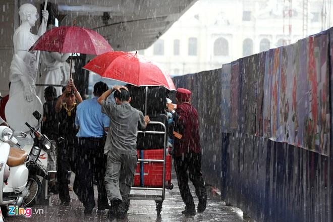 Nhiều khách du lịch dù đã đặt phòng ở những khách sạn nằm trên đường Nguyễn Huệ, nhưng vì di chuyển bất tiện nên phải đi tìm chỗ khác.