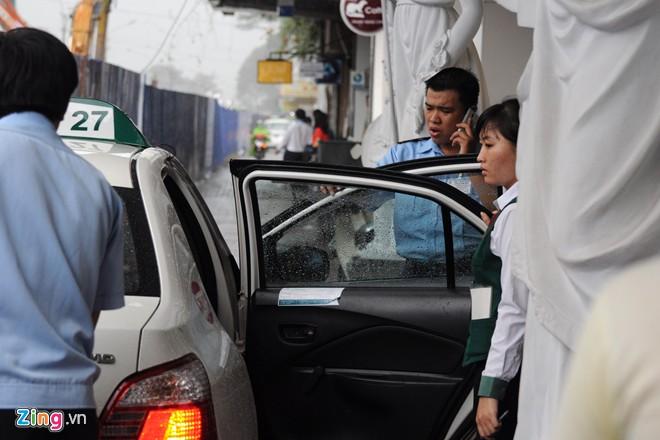 Xe taxi có thể đón trả khách trước cửa khách sạn, nhưng vì con đường quá hẹp nên gây cản trở đi lại của các phương tiện khác nếu dừng đỗ quá lâu.