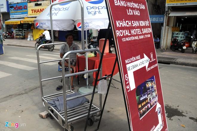 Khách sạn Kim Đô in hẳn pano để hướng dẫn lưu thông cho khách du lịch khi đến đoạn đường này.