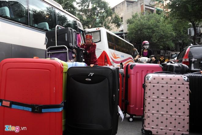 Những đoàn khách du lịch lớn khi đặt chỗ tại các khách sạn trên đường Nguyễn Huệ, thường phải đậu xe cách xa rồi đi bộ vào.