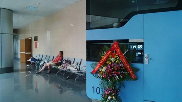 Nhiều hành khách nước ngoài nằm la liệt trên ghế gần các hộp ngủ.