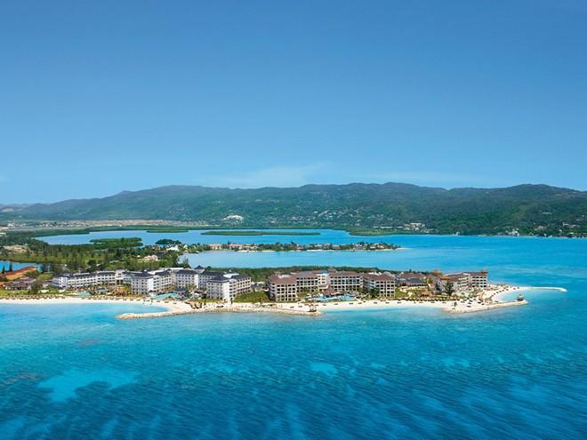 2. Secrets St. James, vịnh Montego, Jamaica: Khu nghỉ dưỡng sang trọng nằm trên bán đảo biệt lập này là một trong những lựa chọn chỉ dành riêng cho người lớn ở vịnh Montego. Secrets St. James có 7 nhà hàng, 7 quán bar, một khu spa rộng và những khu giải trí khác như rạp chiếu phim, trung tâm lặn biển, khu mua sắm, sòng bạc…