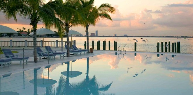 3. The Standard, Miami: Nằm trên đảo Belle cách bãi biển phía Nam Miami chưa đầy 2 km, khách sạn The Standard ở vị trí vô cùng biệt lập. Các phòng của khách sạn chỉ dành cho người lớn này khá nhỏ, nhưng tạo ra không khí cổ điển với kiểu bài trí xưa. Ngoài ra, The Standard còn có bồn tắm ngoài trời, bể bơi mở cửa 24/7, phóng tập yoga và khu spa nổi tiếng thế giới.