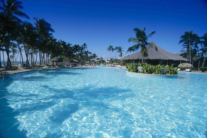 4. Club Med Turkoise, quần đảo Turks and Caicos: Khách sạn có khuôn viên rộng lớn này hút khách nhờ bãi biển nguyên thủy tuyệt đẹp ở ngay phía sau, những trò giải trí sống động hàng đêm và các hoạt động dưới nước và trên cạn phong phú . Dù có vẻ khá sôi động, nơi đây vẫn đem lại cảm giác riêng tư, biệt lập do nằm trên bãi biển tư và chỉ có một cổng vào duy nhất.