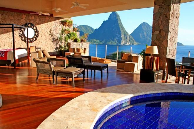 6. Jade Mountain Resort, St. Lucia: Lãng mạn, độc đáo và sang trọng, 29 căn phòng rộng lớn của khu nghỉ dưỡng Jade Mountain đều có ban công hướng biển với bể bơi vô cực riêng. Du khách phải mất khá nhiều thời gian để tới khu nghỉ dưỡng này, nhưng đồ ăn hảo hạng, dịch vụ tuyệt vời, sự yên tĩnh tuyệt đối (không tivi, đài hay trẻ con) và thiết kế tuyệt đẹp khiến Jade Mountain vẫn đông khách như thường.