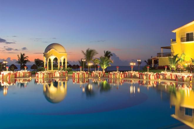 8. Secrets Capri Riviera Cancun, Riviera Maya: Khu nghỉ dưỡng hạng sang 291 phòng này nằm giữa Cancun và Playa del Carmen. Các phòng ở đây hầu hết đều ở cỡ trung, với nội thất trang nhã, ban công tuyệt đẹp và bồn tắm độc đáo. Kiến trúc của khu nghỉ dưỡng mô phỏng một biệt thự Địa Trung Hải, với vườn cây, sắt uốn và đá hoa cương. Spa của Secrets Capri Riviera Cancun có rất nhiều dịch vụ thú vị, trong đó có massage bằng cá. Ngoài ra, tại đây còn có các hoạt động như thể thao dưới nước, học ngôn ngữ địa phương và nếm bia.
