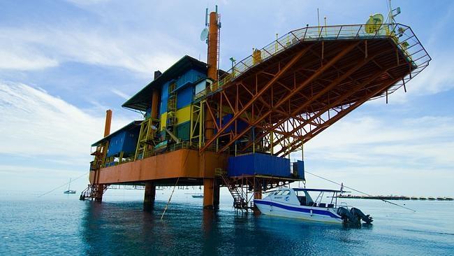 Khách sạn có tên Seaventures Dive Rig Resort, nằm gần hòn đảo Mabul của Malaysia.