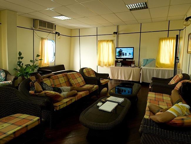 Giờ đây, khách sạn có 25 phòng đầy đủ tiện nghi, phòng chiếu phim, karaoke, bar, quầy hàng lưu niệm và phòng hội thảo.