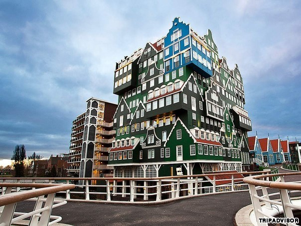 1. Innel, Amsterdam, Hà Lan. Thoạt mới nhìn vào, khách sạn trông giống như những ngôi nhà xếp chồng lên nhau một cách khéo léo. Bắt nguồn từ kiến trúc của những ngôi nhà truyền thống vùng Zaan, khách sạn Innel dùng màu xanh lá cây làm chủ đạo, trông nổi bật và vô cùng bắt mắt. Tạo lạc gần nhà ga Zaandam, du khách chỉ mất 12 phút để di chuyển tới trung tâm thành phố Amsterdam.