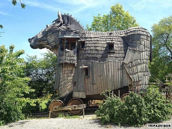 11. La Balade des Gnomes, Bỉ. La Balade des Gnomes thuộc thành phố Durbuy, Bỉ. Mới nhìn khách sạn trông giống như một khu trang trại cũ, tựa như con ngựa thành Trojan nhưng thực chất đó là một khách sạn độc đáo với thiết kế 10 phòng nghỉ. Mỗi phòng được thiết kế theo cảm hứng từ những câu chuyện cổ tích khác nhau.