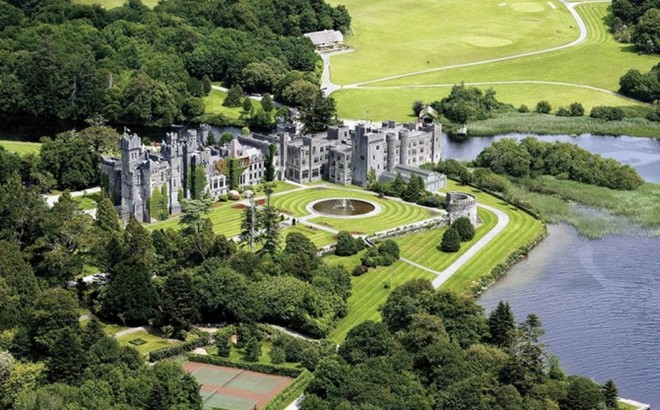 Ashford, Ireland: Khách sạn lâu đài tuyệt đẹp này được bao quanh bởi một khoảng đất rộng 350 mẫu Anh. Khách sạn vừa được mở cửa trở lại sau quá trình cải tạo và nâng cấp. Ở đây, bạn sẽ có dịp tìm hiểu về những khu vực nuôi chim ưng hoặc chim bồ câu bên ngoài khuôn viên lâu đài, trước khi trở lại để thưởng thức các món ăn ngon nổi tiếng.
