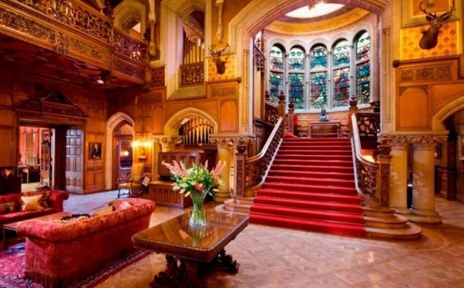 Skibo, Dornoch, Scotland: Lâu đài này có chức năng chủ yếu như một câu lạc bộ tư nhân và là một địa điểm tuyệt đẹp để tổ chức đám cưới. Tuy nhiên đây cũng là một khách sạn tuyệt vời với đầy đủ tiện nghi. Bạn có thể chơi golf, nặn đất sét hoặc đơn giản là thư giãn.
