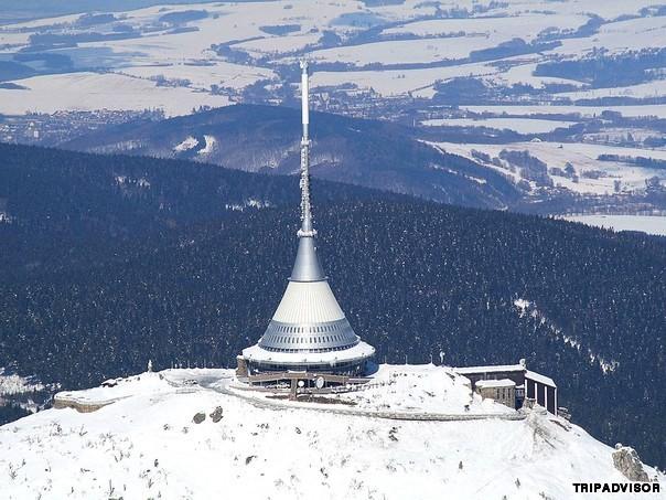 4. Jested, Séc. Xây dựng từ những năm 1960, khách sạn đặc biệt với thiết kế như những vật thể lạ trong các bộ phim khoa học viễn tưởng. Tọa lạc ở độ vào 1.012 mét trên mặt nước biển, từ khách sạn có thể nhìn thấy toàn cảnh vùng nông thôn đất nước Séc.