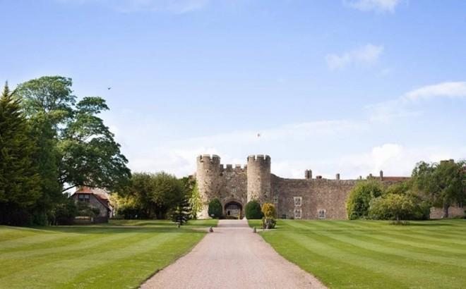 Amberley, Anh: Lâu đài Amberley 900 tuổi là một trong những lâu đài đặc trưng kiểu Anh. Khách sạn lâu đài này sẽ mang đến cho bạn những trải nghiệm hoàn hảo với một chiếc giường cỡ lớn dành cho các vị vua.