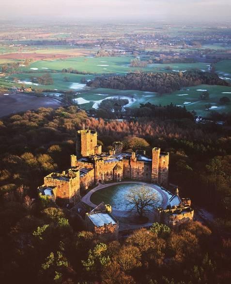 Peckforton, Cheshire: khách sạn lâu đài được hoàn thành vào năm 1851 và nhanh chóng trở thành một trong những khách sạn bậc nhất với 48 phòng ngủ đầy đủ tiện nghi và là một địa điểm tổ chức đám cưới rất phổ biến.