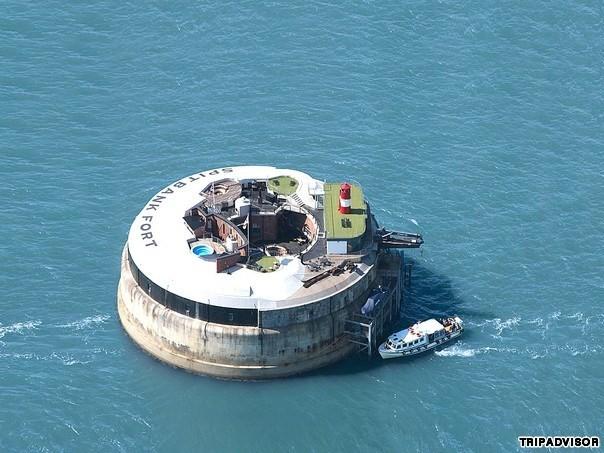 7. Spitbank Fort, Portsmouth, Anh. Khách sạn có vị trí đặc biệt nằm ngay giữa biển. Ban đầu nó là chiến hạm quân sự thời xưa, sau này đã được tu sửa thành khách sạn có tiện nghi với hồ bơi trên sân thượng và có cả phòng tắm hơi. Tuy nhiên, lạ lùng là khách sạn này bị đồn là có ma.