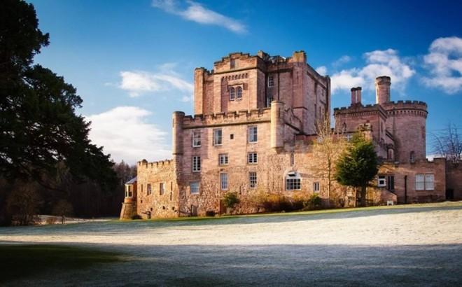 Dalhousie, Scotland: Khách sạn này là một pháo đài được xây dựng từ thế kỷ 13 trong một khu rừng đẹp đẽ, yên tĩnh. Du khách sẽ có dịp được tận mắt nhìn thấy những bộ sưu tập sách trong thư viện cổ, thưởng thức các món ăn đặc biệt, tham gia các hoạt động nuôi chim ưng, bắn cung và thư giãn trong phòng ngủ duy nhất của tòa lâu đài.
