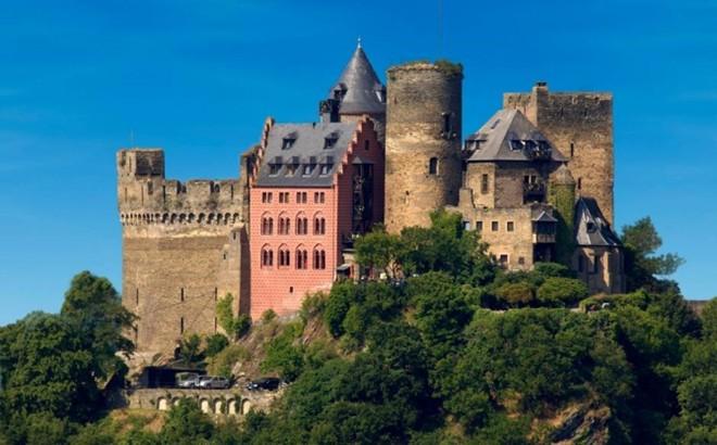 Auf Schönburg, Đức: Auf Schönburg là một trong những khách sạn lâu đài đẹp và bình dị nhất ở nước Đức nằm cạnh bờ sông Rhine. Lâu đài được trang trí bởi những đồ nội thất cổ xa hoa và những căn phòng thời xưa như nhà nguyện và tháp tù.
