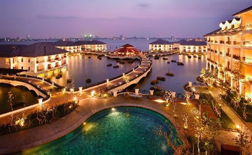 """10. Khách sạn Intercontinental Hanoi Westlake, . Đây là một công trình khách sạn """"độc nhất vô nhị"""" bởi toàn bộ khu phòng khách, nhà hàng và các dịch vụ giải trí đều được xây trên mặt nước Hồ Tây. Với một phong cách tinh tế kết hợp lối kiến trúc mang âm hưởng của văn hoá Việt cùng sự hiện đại của kiến trúc phương Tây, khách sạn đã gây ấn tượng mạnh với du khách trong và ngoài nước."""