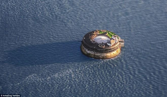 Pháo đài nằm lênh đênh giữa biển, chỉ có những du thuyền sang trọng và những tàu chở container đi qua.