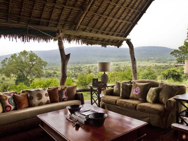 Chiêm ngưỡng khung cảnh tuyệt đẹp và thưởng thức bữa ăn chung với các hướng dẫn viên săn bắn ở khách sạn Beho Beho, Tanzania.