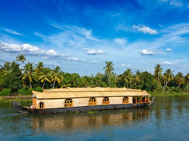 Du ngoạn trên sông trong một nhà thuyền ở Kerala, Ấn Độ.