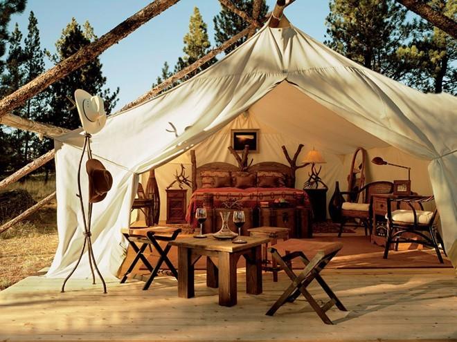 Cắm trại ở khu nghỉ dưỡng Paws Up, một địa điểm lưu trú sang trọng ở trang trại chăn bò phía Tây Montana.