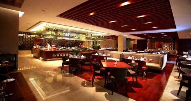 13. Khách sạn Crowne Plaza West Hanoi, 36 Lê Đức Thọ, Mỹ Đình, Từ Liêm Hà Nội. Tọa lạc tại trung tâm kinh tế mới của thủ đô, khách sạn là điểm nhấn của tổ hợp thương mại và khu căn hộ cao cấp, chỉ cách Trung tâm Hội nghị Quốc gia và sân vận động Quốc Gia vài phút xe chạy. Khách sạn có 393 phòng trang bị đầy đủ tiện nghi hiện đại nhất, được hỗ trợ bởi dãy nhà hàng buffet, quán bar sang trọng tại sảnh. Ảnh: viettimetravel.