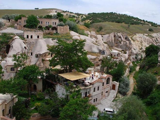 Nằm dài trong một căn phòng hạng sang ở khu nghỉ dưỡng Gamirasu được xây dựng trong lòng núi Cappadocia, Thổ Nhĩ Kỳ.